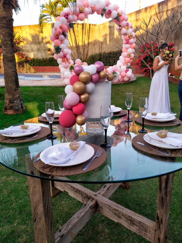 Decorações de festa para casamento: balões na mesa dos convidados