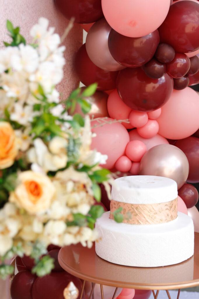 Decorações de festa para casamento: balões na mesa do bolo