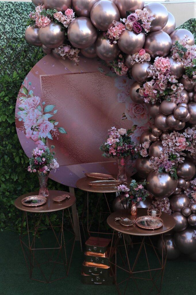 Arco de rosas e azaleias com balões metálicos