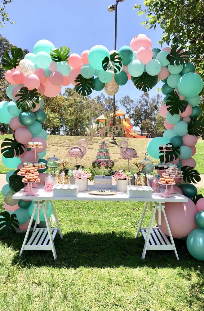 Arco de balões lisos com folhas verdes